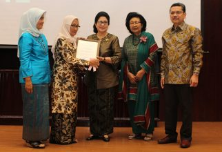 FMUI Professor Received an Award from The Ministry of Health Republic of Indonesia
