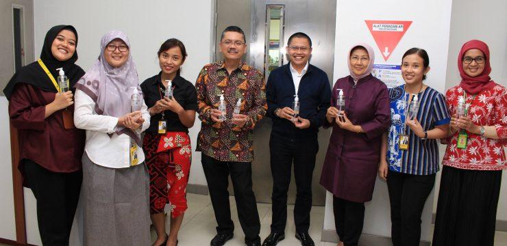 Mempromosikan Hand Sanitizer Farmasi Kedokteran FKUI & Thermo Scanner