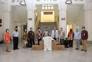 ILUNI FKUI 73 Plus Berikan Donasi Baju Hazmat